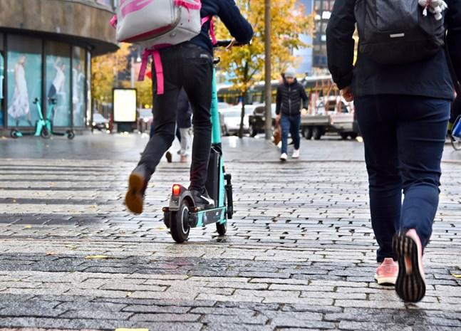 Trafikreglerna som gäller när man åker på en elsparkcykel äri huvudsak desamma som gäller för cyklar.