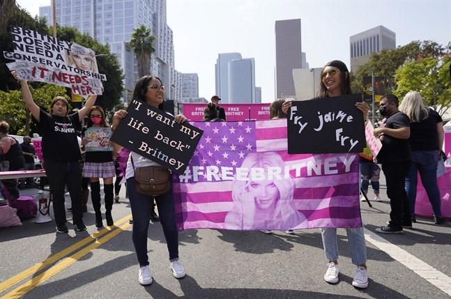 Ashley Montano, till vänster, och hennes svägerska Angela Montano, demonstrerar för Britney Spears frihet utanför domstolen i Los Angeles den 29 september 2021.