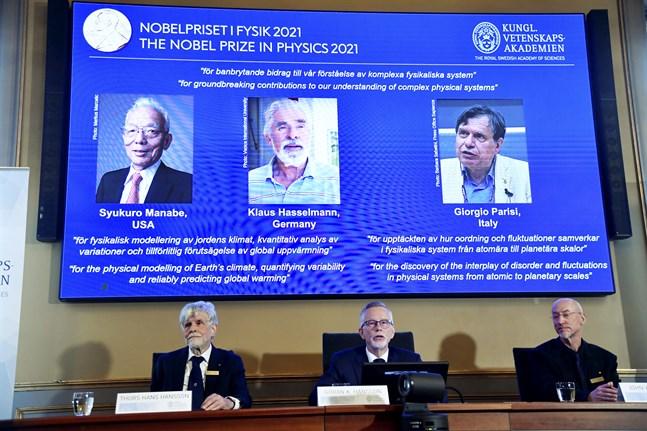 Thors Hans Hansson, professor i teoretisk fysik, Göran K. Hansson, ständig sekreterare för Vetenskapsakademien, och John Wettlaufer, ledamot i Kungliga Vetenskapsakademien, tillkännager årets Nobelpristagare i fysik.