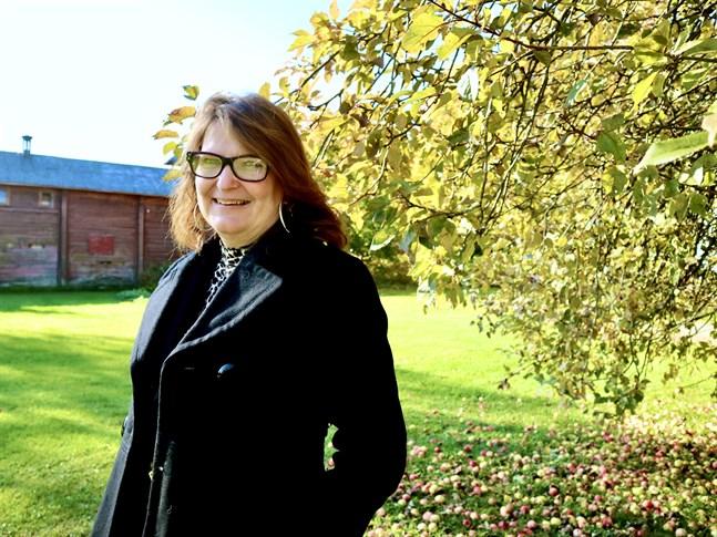 Kerstin Storvall beskriver sig själv som Kronobybo av födsel och ohejdad vana. Hon bor ändå i Nykarleby sedan många år tillbaka.