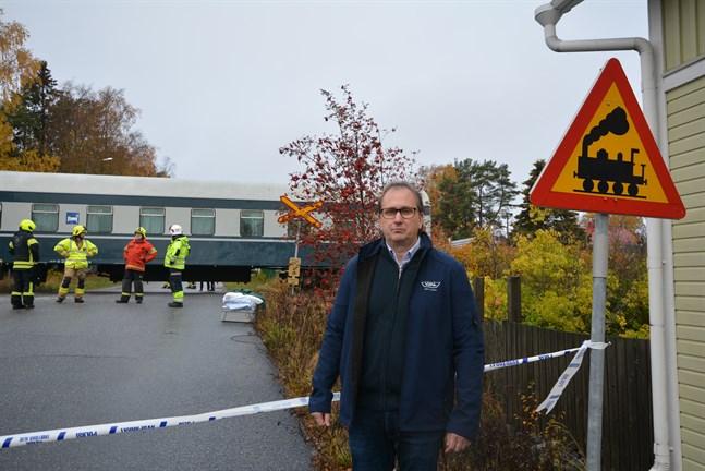 Vd Kennet Svanbäck var på väg till Närpes på tisdagsmorgonen när han fick veta om olyckan. Han anser att den obevakade järnvägskorsningen borde förses med bommar och varningsljus.