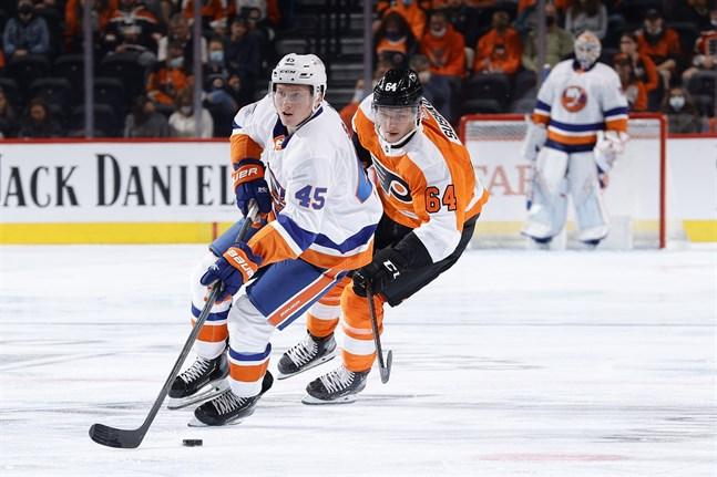 Robin Salo har fått gott om istid under försäsongen. Här jagas han av Philadelphia Flyers belarusiska ytter Maksim Sushko.