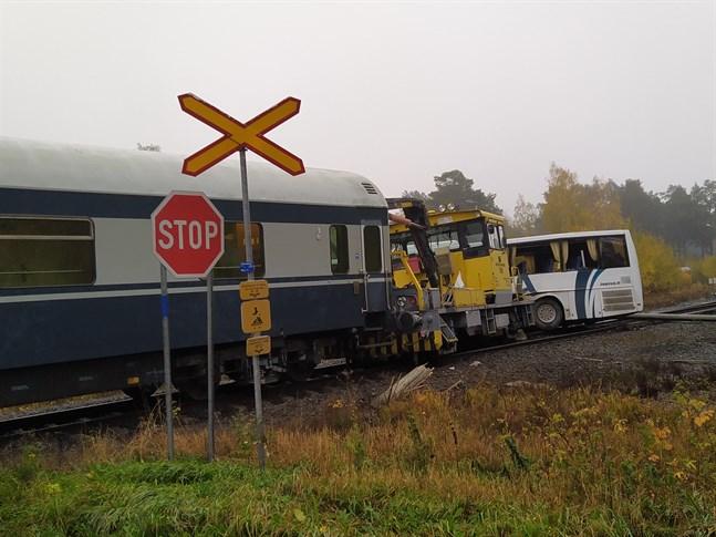 Så här såg det ut efter kollisionen. Enligt nuvarande plan ska korsningen förbli obevakad också i framtiden, däremot ska tågens hastighet sänkas till 20 kilometer i timmen.