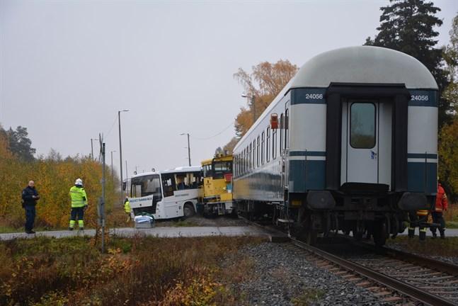 Bussen korsade järnvägen samtidigt som banarbetsfordonet kom körande norrifrån. I kollisionen skuffades bussen framåt cirka 25 meter. De åtta personerna i bussen fördes till sjukhus.