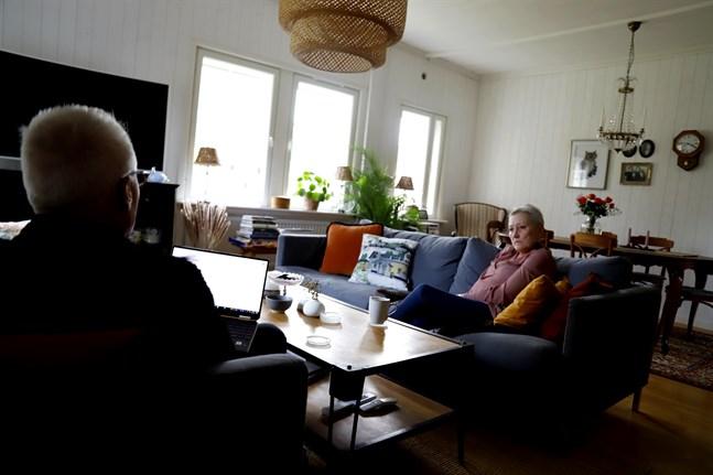 I över en och en halv vecka var Curt Göransson och Annele Göransson-Wiik utestängda från sitt bankkonto. Nu vill de ha svar på varför.