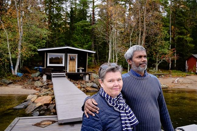 Lena Pått-Mogun och Vivek Mogun har för ovanlighetens skull fått följa höstens ankomst vid stugan i Larsmo. När sommargästerna försvunnit ser man hur djurlivet kommer tillbaka, konstaterar de. Häromdagen simmade en älg förbi.