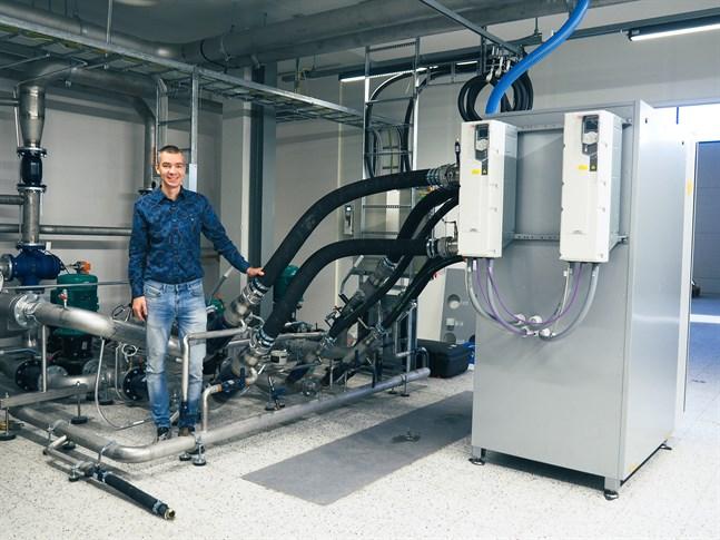 Oilons fabrikschef Mattias Bergström i den nya testanläggningen. Här ska flera värmepumppar åtgången testköras före de skickas ut till kunderna. På bild en P 100-värmepump.