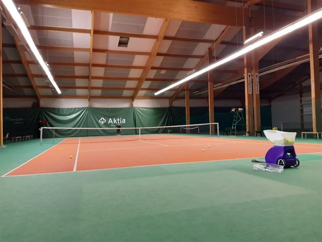 Jakobstads tennishall har fått renoverade sociala utrymmen, men banorna ser ut som förr.
