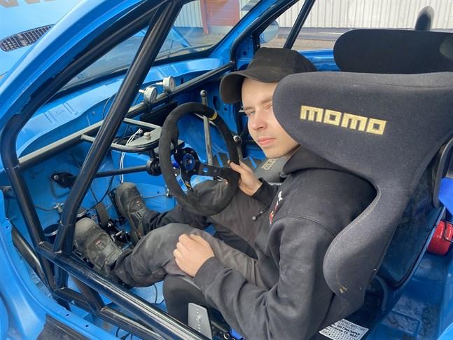 Oscar Björklund har rivit ut all inredning ur bilen och byggt om den för tävlingsbruk.