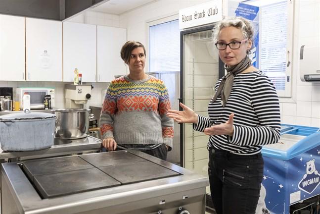 En central satsning i det nya projektet är att förnya det gamla skolköket till ett fungerande produktionskök. Men först måste byaföreningen få köpa skola, säger Pia Smeds och Emma Wester.