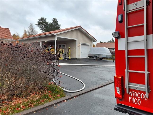 Brandmännen undersöker garaget.