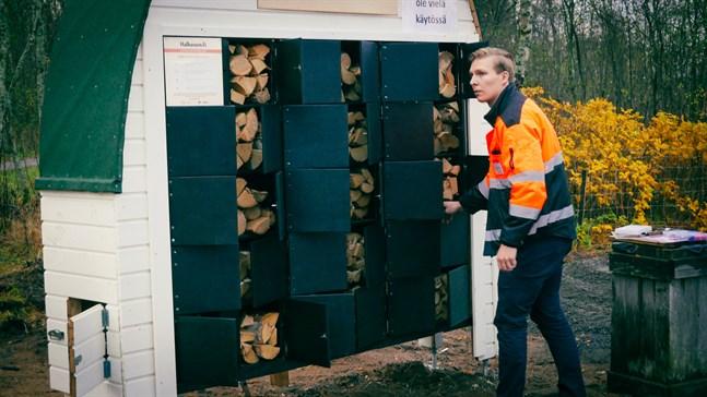 Valto Vaaraniemi visar upp sin vedautomat, som Uleåborgs stad tyckte var en så bra innovation att de är beredda att placera tio likadana vid stadens grillplatser.