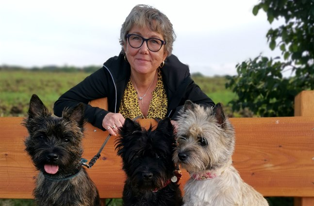 Susanne Känsäkangas med sina hundar Bianca, Albin och Kajsa.