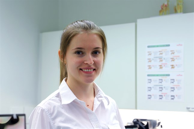 Fanny Bäck trivs med sina uppgifter som stadens veterinär, men skulle gärna ha fler kollegor i jouren.