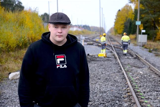 Joona Kaunonen gick och pratade med kamrater på platsen en stund efter att han blev vittne till olyckan på tisdagsmorgonen.