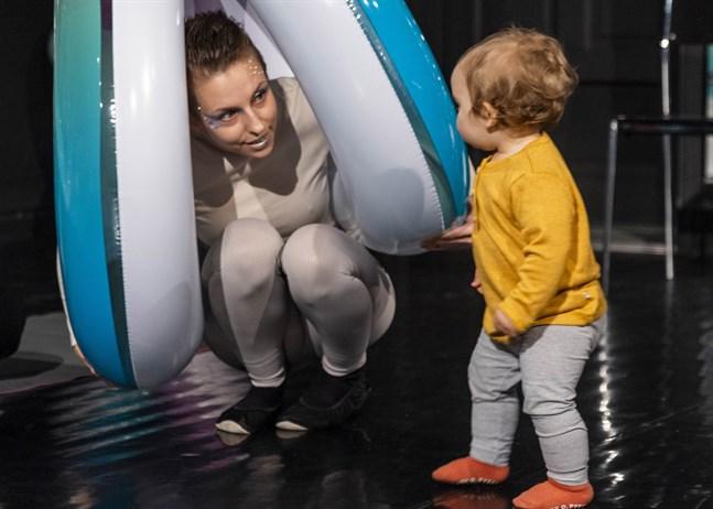 Tittut! Skådespelaren Cajsa Östman kommunicerar med Moa Södergård, 13 månader.