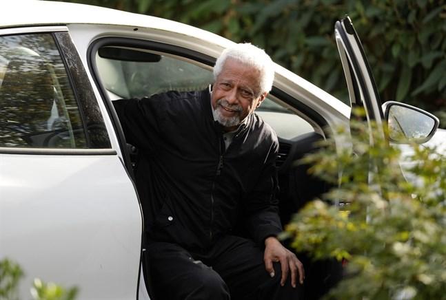 Abdulrazak Gurnah anländer till sitt hem i Canterbury, England, i sällskap med sin agent sedan han nåtts av beskedet att han är årets Nobelpristagare i litteratur.