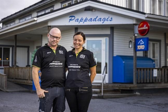 Martina och Anders Väglund utanför sitt Pappadagis. Här stannar många nya kunder för att ta en bild av namnskylten.