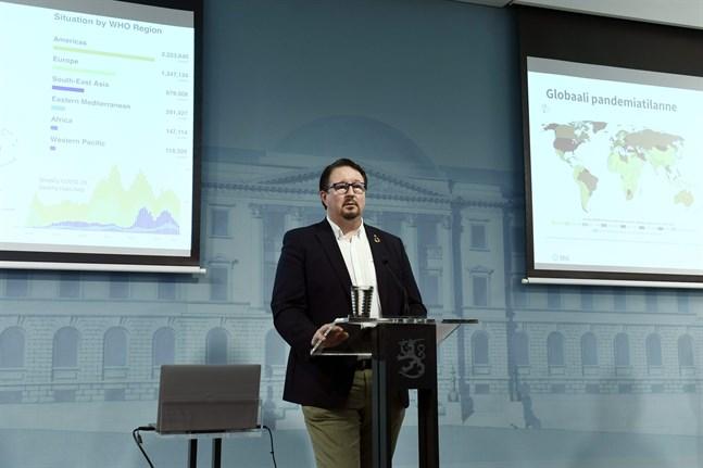 Mika Salminen, direktör på Institutet för hälsa och välfärd (THL), på torsdagens presskonferens.