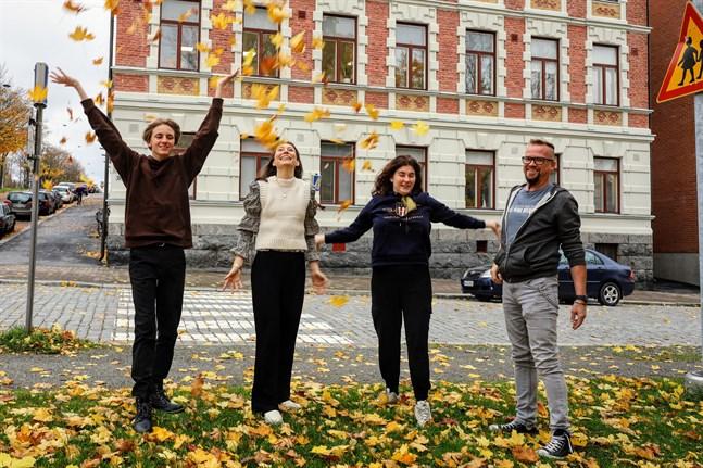 Läsåret har fått en bra start på Efo. Oliver Fant, till vänster och Ronja Kullas, näst längst till höger, går på linje X. Adeline Martin är lärare och Niklas Lindvik biträdande rektor.