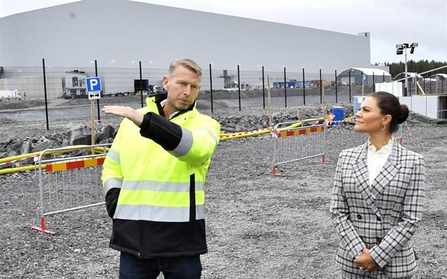 Northvolts vd Peter Carlsson visar kronprinsessan Victoria runt på området i Skellefteå där fabriken Northvolt Ett byggs.