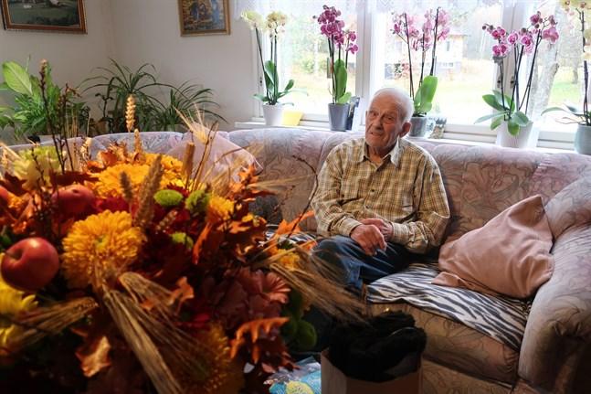 Reimond Storranks hem fylldes av blommor och gäster på 90-årsdagen den 3 oktober. Många ville gratulera den pigga hembygdsvännen.
