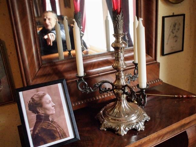 Donatorn Lars Pensar pekar på porträttet av Chally Rosenbladh som står bredvid ljusstaken som hon gjort.