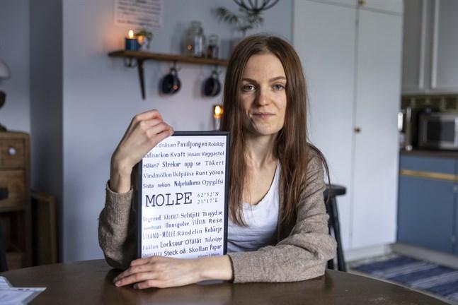 Jonna Löfgren har hittills gjort nio dialekttavlor, från Närpes i söder till Vörå i norr.