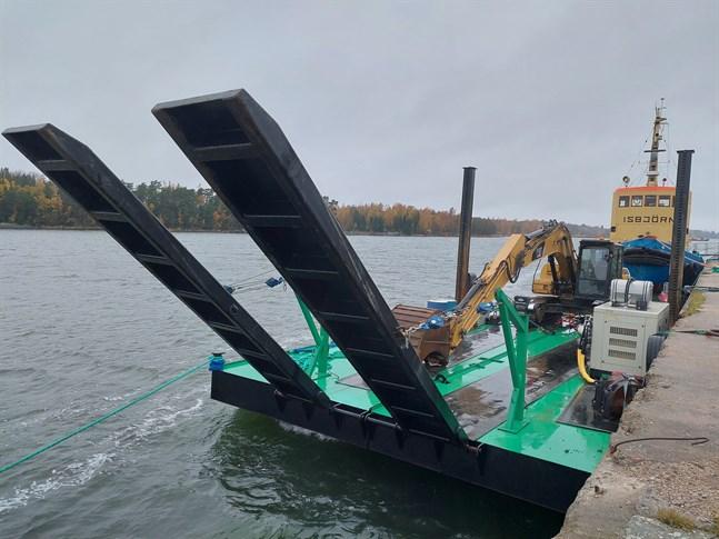 Pråmen med grävmaskinen ligger nu i inre hamnen i Kaskö.