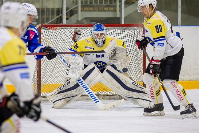 Malax IF:s målvakt Jere Parviainen hade en bråd afton i Lappo.