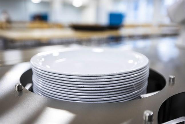 Nya tallrikar av plast vid Vikinga skola har ifrågasatts inte minst av miljöskäl.