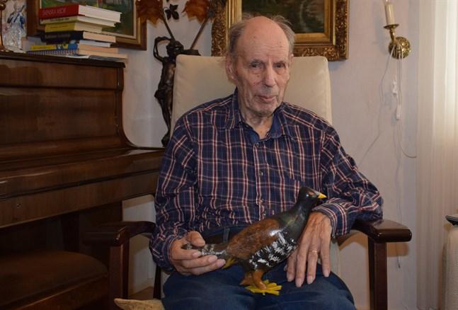 Helge Sandström är en mångkonstnär. De senaste åren har det blivit mest fåglar, som tjädern han håller i.