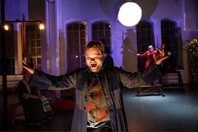 """Just nu spelar Frank Berger rollen som Johan Gadolin (en studerande vid Åbo Akademi under 1830-talet) i den fria teatergruppen Tredje Rummets uppsättning av pjäsen """"Ett romantiskt sinne"""" i Logomo i Åbo. Det är ett av de mest spännande sceniska produktioner Berger någonsin varit del av, säger han."""
