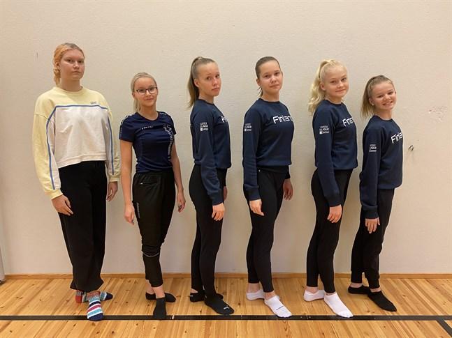 Ledarna Ronja Ingström och Patricia Gröndahl till vänster samt gymnasterna Alexandra Sundén, Sabine Lillkaas, Ellen Svens och Hilde Berglund utgör truppen Awida som nu får börja uppträda inför publik igen.