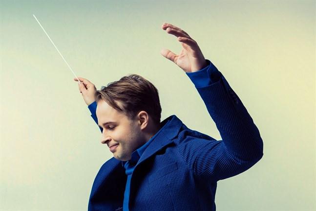"""Dirigenten Taavi Oramo ledde Vasa stadsorkester under konserten """"I revolutionens anda""""."""