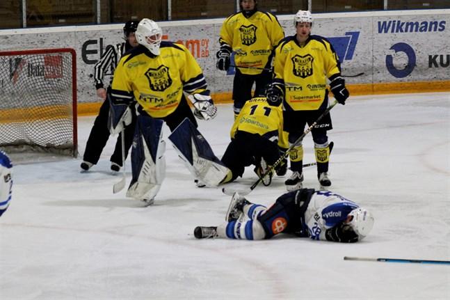 Det gick stundtals hett till framför Krafts mål i matchen mot Virkiä. Här har Krafts målvakt Jonathan Prinsén uppvaktats av en motståndare och det gillades inte av Närpeslagets spelare, som synes.