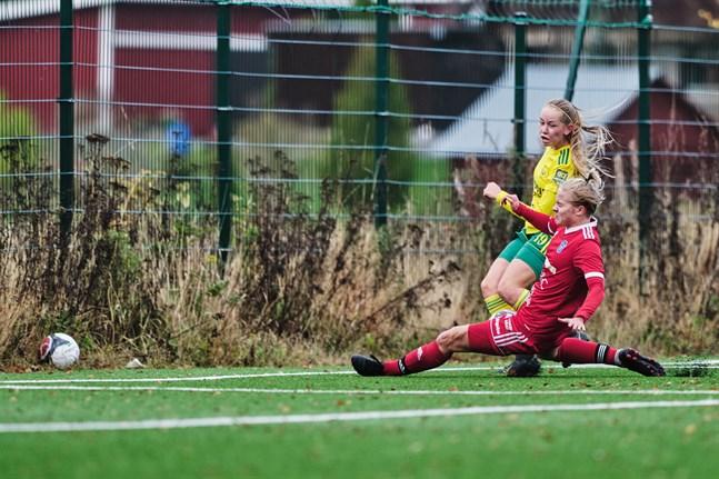 FC Sport-j visade upp ett uppoffrande och ettrigt försvarsspel. Här kastar sig Julia Saarenmäki fram för att sätta stopp för anfallaren Sofia Määttä.