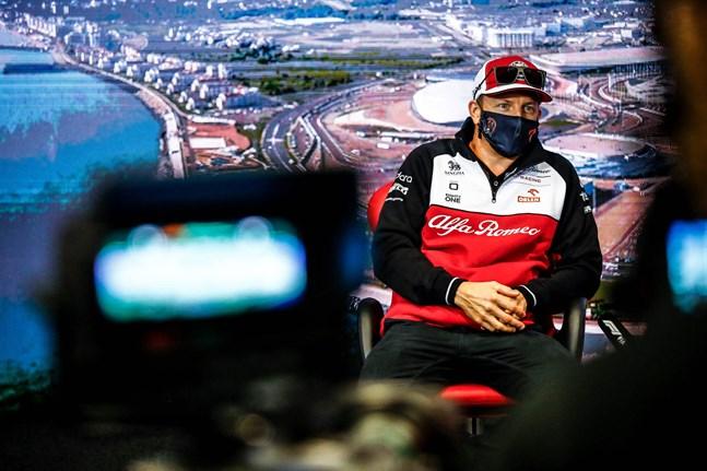 Kimi Räikkönen har fått vänja sig vid att vara i strålkastarljuset. Men särskilt förtjust i det har han aldrig varit.