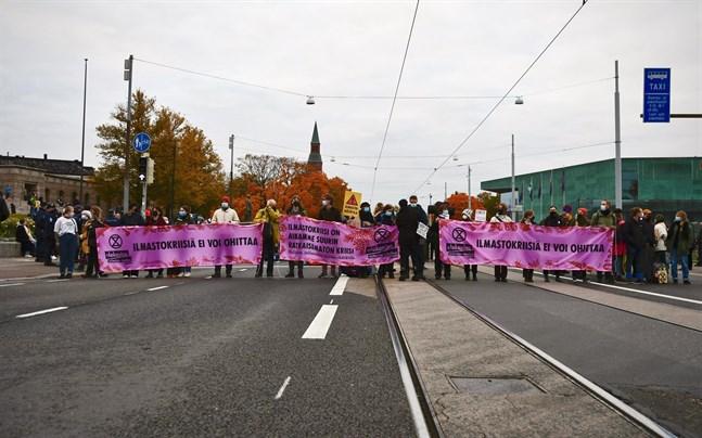 Helsingforspolisen ska utreda sin verksamhet vid Elokapinas demonstration förra veckan.