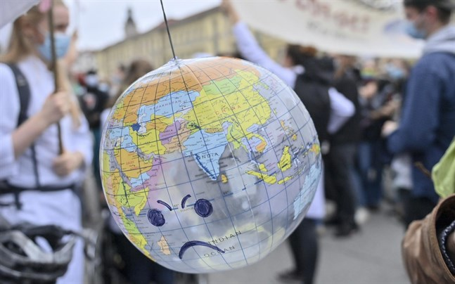 Klimatförändringens effekter kan bli kännbara i stora delar av världen, enligt en ny studie. Bilden är från en protest mot global uppvärmning i Leipzig tidigare i år.