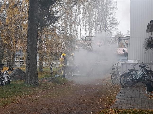 Brandkåren lyfte ut den rykande diskmaskinen på gården.