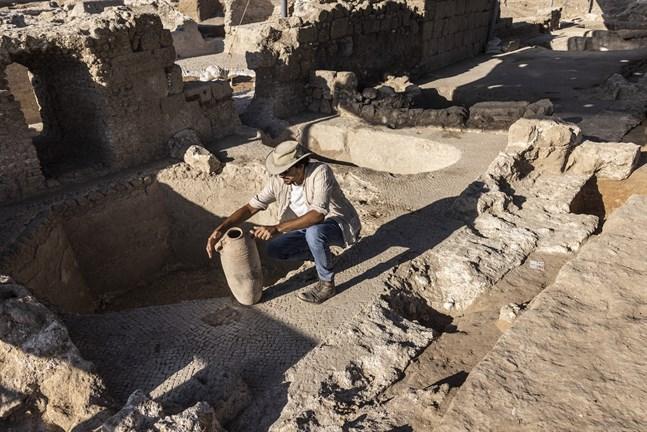Arkeologen Avshalom Davidesko undersöker en urna i Yavne, söder om Tel Aviv.