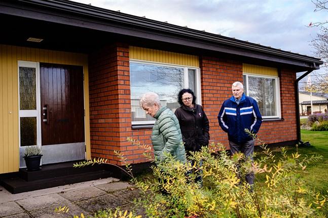 Gun-Britt och Heino Olli samt grannen Margita Dahlqvist är bekymrade över situationen i Baggholmen. Stundvis har de varit rädda, men nu är det frustrationen som är mest påtaglig.