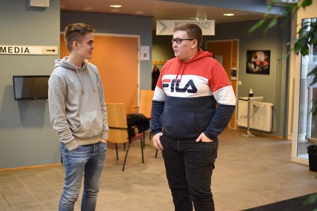 Här är det i princip så att alla sjuttonåringar som vill ta körkort får göra det, säger Jonas Stenholm och får medhåll av studiekamraten Jesper Herrmans.
