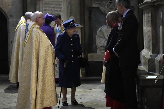 Den brittiska drottningen Elizabeth, 95, på besök i Westminster Abbey på tisdagen. Det undgick ingen att hon för första gången i ett publikt sammanhang hade stöd av en käpp.