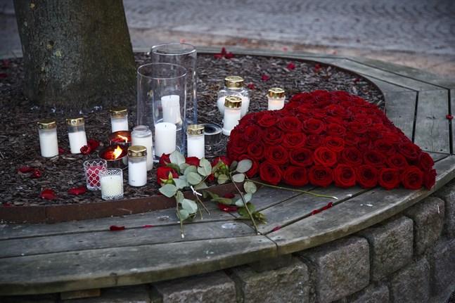 Ljus och blommor vid en av platserna där knivattacken ägde rum i mars. Arkivbild.