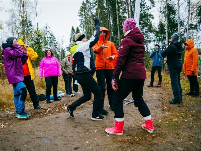 """Kronobys lärare prövar utomhuspedagogik som arbetsmetod. Lina Boholm (i mitten) visar leken """"mattetafatt"""" där matematik och gymnastik blandas."""