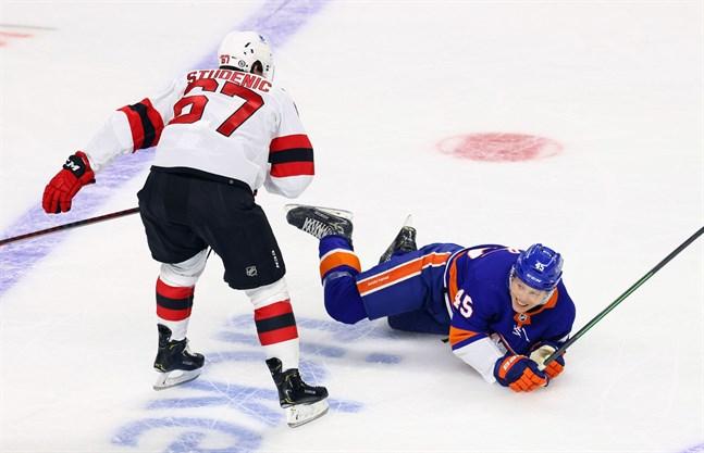 Robin Salo i närkamp med New Jersey Devils slovakiska ytter Marian Studenic i en träningsmatch.