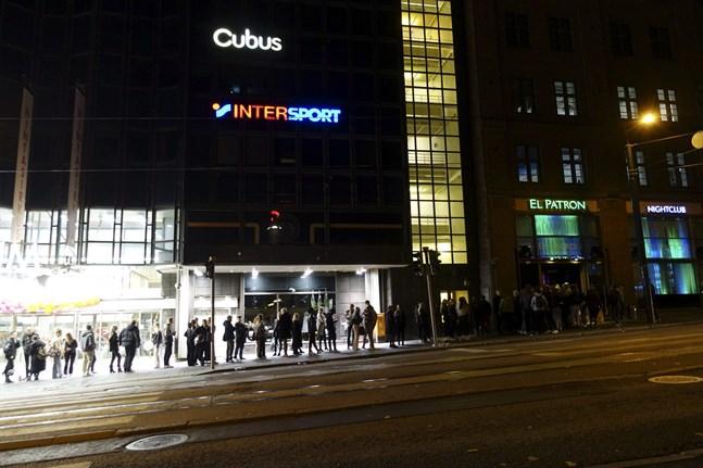 Många restriktioner lättade den 1 oktober. Bilden är tagen utanför en nattklubb i Helsingfors samma kväll.