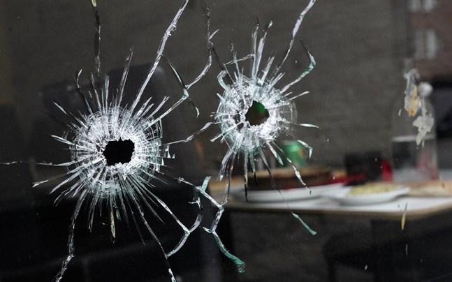 Skotthål i en fönsterruta i en beskjuten restaurang.